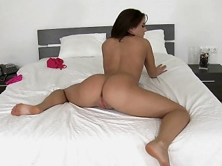 Big ass babe shows how to do..