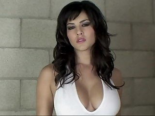 Hot and oily Sunny Leone in..